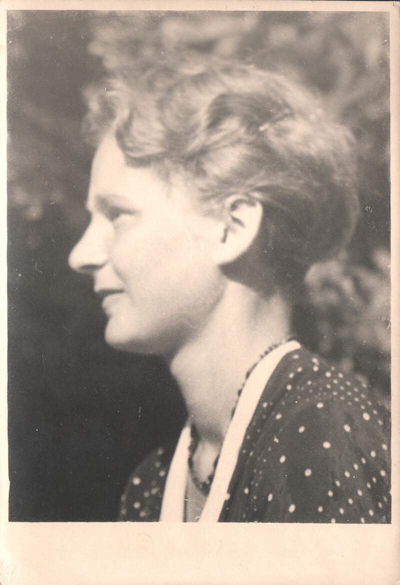 Gerda v. W. Seitenportrait Aufnahme Adalbert Hof 1933