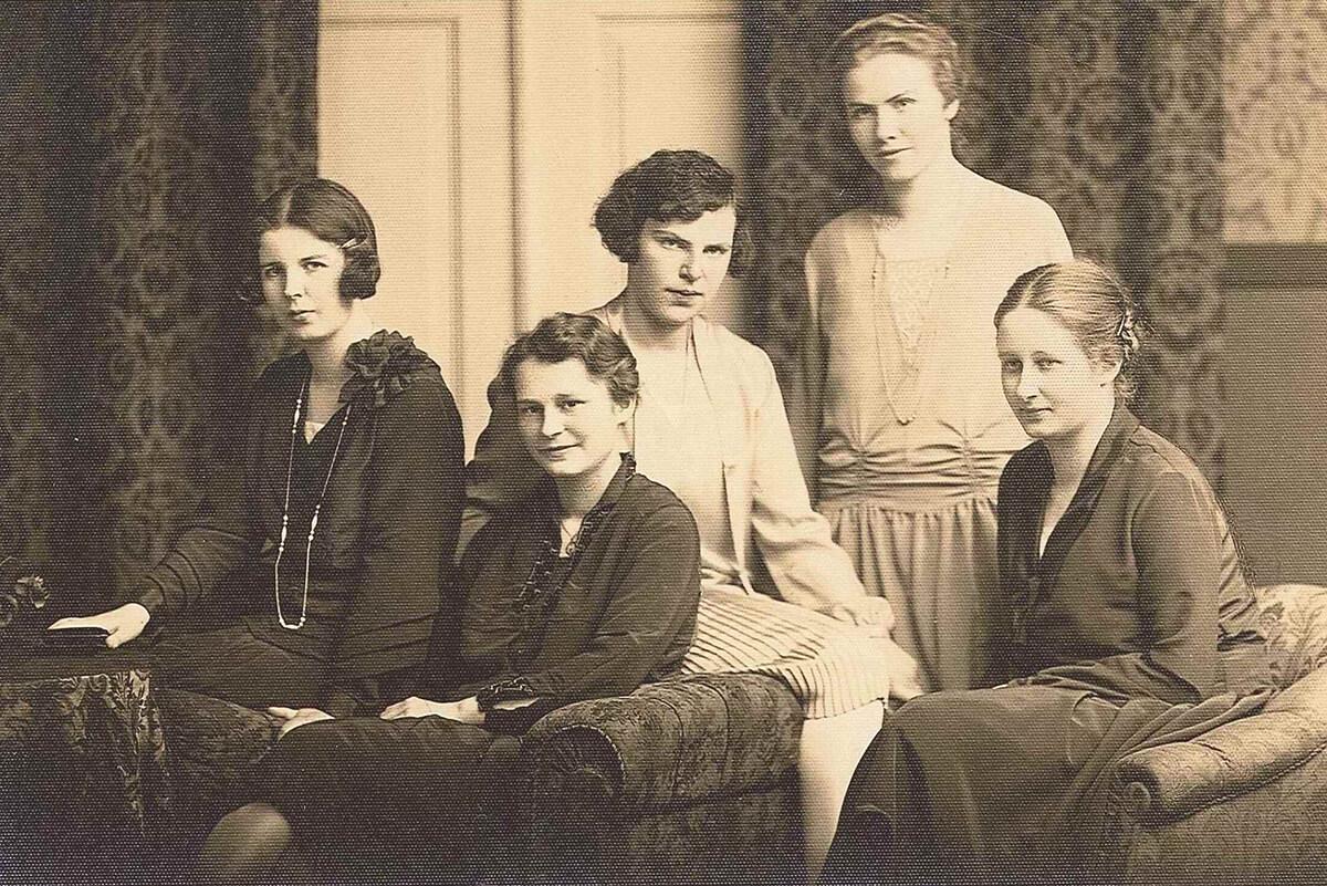 Gerda v. W. hum. Gym. BT Abitur 1927 Gerda Mitte vorne